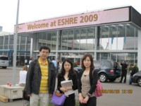 学会会場の前で:左から蔵本院長,金子,池田(看護部)