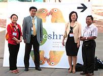 左から;一緒に参加した杉岡(培養室)、理事長、福田(看護部)、インドネシアの教授アリフさん