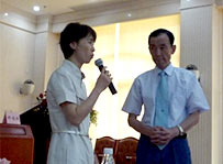 学会会場と質問に答えるNs.久保島と通訳していただいた邢先生